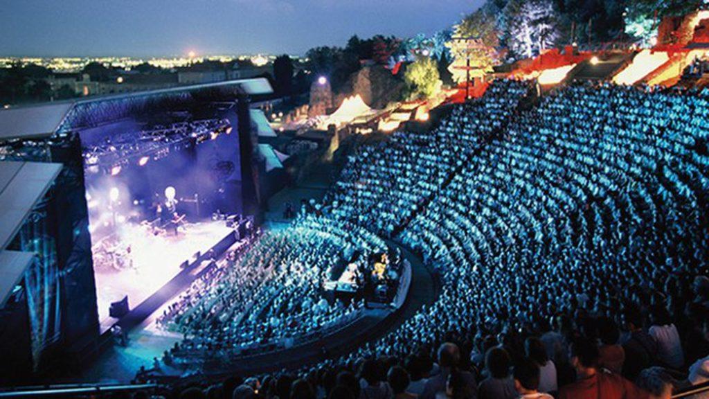 photo de la scene et du public pendant un concert